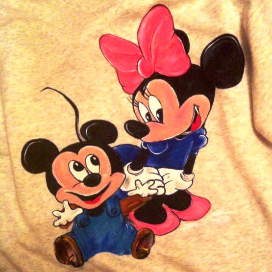 Tricou pictat manual familia Mickey